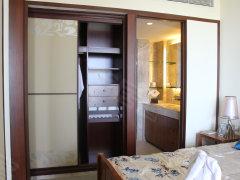 卧室:3.3*3.5面积约10平米左右,嵌入式衣柜设计节约居住空间,
