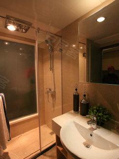 磨砂玻璃的,让淋浴房的空间在视 地面也是铺设的防滑地砖,保障了
